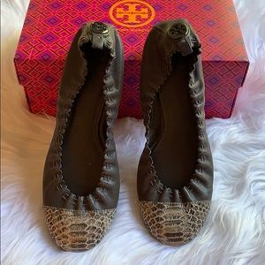 🆕NWOT Tory Burch Gray Leather Flats Snakeskin Toe